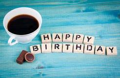 γενέθλια ευτυχή Κούπα καφέ και ξύλινες επιστολές στο ξύλινο υπόβαθρο Στοκ Εικόνες