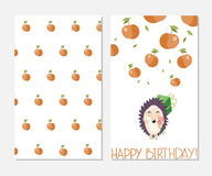 γενέθλια ευτυχή Μοντέρνη κάρτα έμπνευσης στο χαριτωμένο ύφος με το σκαντζόχοιρο και τα μήλα κινούμενων σχεδίων Στοκ Εικόνες
