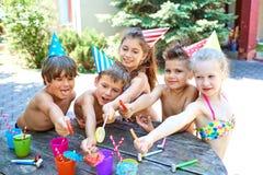 Γενέθλια Ευτυχή παιδιά στα καπέλα με την καραμέλα Στοκ εικόνα με δικαίωμα ελεύθερης χρήσης