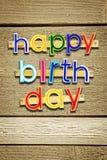 γενέθλια ευτυχή Φωτεινές πολυ χρωματισμένες χρωματισμένες επιστολές πέρα από καφετή Στοκ εικόνα με δικαίωμα ελεύθερης χρήσης