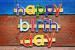 γενέθλια ευτυχή Φωτεινές πολυ χρωματισμένες χρωματισμένες επιστολές πέρα από το grunge Στοκ Φωτογραφίες