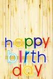 γενέθλια ευτυχή Φωτεινές πολυ χρωματισμένες χρωματισμένες επιστολές πέρα από τα ξύλα Στοκ εικόνες με δικαίωμα ελεύθερης χρήσης