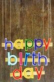 γενέθλια ευτυχή Φωτεινές πολυ χρωματισμένες χρωματισμένες επιστολές στα ξύλα Στοκ Εικόνες