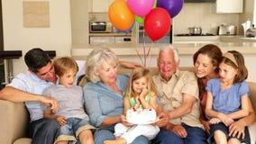 Γενέθλια μικρών κοριτσιών εορτασμού πολυμελούς οικογένειας στον καναπέ απόθεμα βίντεο
