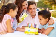 Γενέθλια οικογενειακού εορτασμού υπαίθρια με το κέικ Στοκ Εικόνες