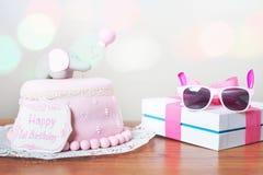 γενέθλια που γιορτάζου Κέικ Στοκ φωτογραφία με δικαίωμα ελεύθερης χρήσης