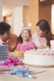 Γενέθλια του κοριτσιού οικογενειακού εορτασμού - εστίαση στο κέικ γενεθλίων Στοκ φωτογραφία με δικαίωμα ελεύθερης χρήσης