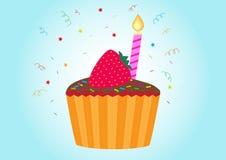 Γενέθλια cupcake, κερί και μια φράουλα στην κορυφή Στοκ Φωτογραφίες