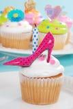 Γενεθλίων cupcake ρόδινο Πόλκα παπούτσι τακουνιών σημείων υψηλό Στοκ Εικόνες