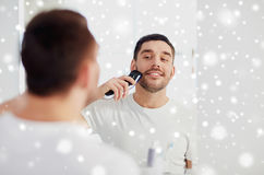 Γενειάδα ξυρίσματος ατόμων με trimmer στο λουτρό Στοκ φωτογραφίες με δικαίωμα ελεύθερης χρήσης