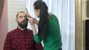 Γενειοφόροι άτομο και makeup καλλιτέχνης φιλμ μικρού μήκους