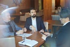 Γενειοφόροι επιχειρηματίες που διεξάγουν τις διαπραγματεύσεις Στοκ φωτογραφία με δικαίωμα ελεύθερης χρήσης