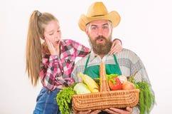 Γενειοφόρος αγροτικός αγρότης ατόμων με το παιδί Οργανικά λαχανικά οικογενειακών αγροκτημάτων Οικογενειακή homegrown συγκομιδή αγ στοκ εικόνα με δικαίωμα ελεύθερης χρήσης