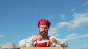 Γενειοφόρος αρτοποιός Baker που μαγειρεύει έξω Αρτοποιείο Eco Baker ψήνει ένα φρέσκο ψωμί φιλμ μικρού μήκους