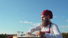 Γενειοφόρος αρτοποιός Baker που μαγειρεύει έξω Αρτοποιείο Eco Baker ψήνει ένα φρέσκο ψωμί απόθεμα βίντεο