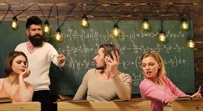 Γενειοφόρος δάσκαλος, ομιλητής, προσέχοντας σπουδαστές καθηγητή κατά τη διάρκεια της δοκιμής, διαγωνισμός, μάθημα Εξαπατήστε στην στοκ εικόνα