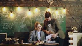 Γενειοφόρος δάσκαλος που βοηθά το σπουδαστή του Ζεύγος δασκάλων Δάσκαλος που βοηθά τους σπουδαστές του με το math ή τα μαθηματικά απόθεμα βίντεο