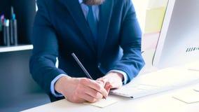 Γενειοφόρος επίσημος ντυμένος επιχειρηματίας που εργάζεται στο γραφείο απόθεμα βίντεο