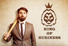Γενειοφόρος επιχειρηματίας με το ρόπαλο του μπέιζμπολ κοντά στο σκίτσο λιονταριών Στοκ Εικόνες