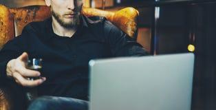 Γενειοφόρος επιχειρηματίας φωτογραφιών που χαλαρώνει το σύγχρονο γραφείο σοφιτών μετά από την ημέρα εργασίας Συνεδρίαση ατόμων στ Στοκ εικόνες με δικαίωμα ελεύθερης χρήσης