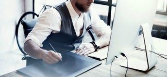 Γενειοφόρος δημιουργικός ξύλινος πίνακας διευθυντή Working Drawing Digital Tablet υπολογιστής γραφείου κινηματογραφήσεων σε πρώτο Στοκ εικόνα με δικαίωμα ελεύθερης χρήσης