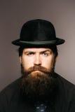 Γενειοφόρος κύριος στο μαύρο αναδρομικό καπέλο Στοκ εικόνα με δικαίωμα ελεύθερης χρήσης