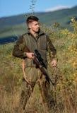 Γενειοφόρος λαθροκυνηγός κυνηγών που ψάχνει το θύμα Λαθροκυνηγός με το τουφέκι στο περιβάλλον φύσης Παράνομο κυνήγι Απαγορευμένο  στοκ εικόνες με δικαίωμα ελεύθερης χρήσης