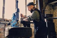 Γενειοφόρος μηχανική μεταβαλλόμενη ρόδα αυτοκινήτων ` s σε μια ρόδα Στοκ φωτογραφίες με δικαίωμα ελεύθερης χρήσης