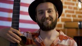 Γενειοφόρος μουσικός hipster με την κιθάρα απόθεμα βίντεο