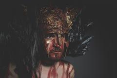 Γενειοφόρος πολεμιστής ατόμων με το κράνος μετάλλων και την ασπίδα, άγριος Βίκινγκ Στοκ Φωτογραφίες
