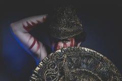 Γενειοφόρος πολεμιστής ατόμων με το κράνος μετάλλων και την ασπίδα, άγριος Βίκινγκ Στοκ Εικόνες