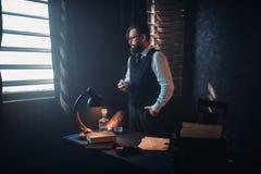 Γενειοφόρος συγγραφέας στα γυαλιά που καπνίζουν ένα τσιγάρο Στοκ φωτογραφία με δικαίωμα ελεύθερης χρήσης