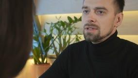 Γενειοφόρος τύπος που μιλά με τη φίλη απόθεμα βίντεο