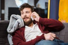 Γενειοφόρος τύπος που μιλά στο κινητό τηλέφωνο Στοκ φωτογραφία με δικαίωμα ελεύθερης χρήσης