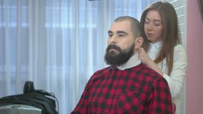 Γενειοφόρος τύπος στο barbershop απόθεμα βίντεο