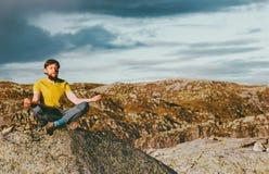 Γενειοφόρος meditating γιόγκα ατόμων στα βουνά Στοκ Εικόνες