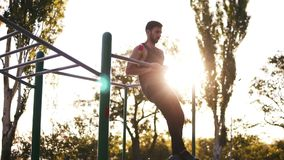 Γενειοφόρο άτομο ικανότητας που επιλύει τους μυς βραχιόνων του στην υπαίθρια γυμναστική που κάνουν το πηγούνι-UPS τράβηγμα-UPS ως απόθεμα βίντεο