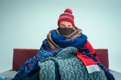 Γενειοφόρο άτομο με τη συνεδρίαση σωλήνων στον καναπέ στο σπίτι Έννοιες υγειονομικής περίθαλψης στοκ φωτογραφία με δικαίωμα ελεύθερης χρήσης
