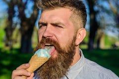 Γενειοφόρο άτομο με τον κώνο παγωτού Έννοια κατάψυξης Το άτομο με το μακρύ παγωτό γλειψιμάτων γενειάδων, κλείνει επάνω Άτομο με τ Στοκ Φωτογραφία