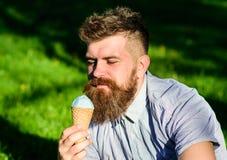 Γενειοφόρο άτομο με τον κώνο παγωτού Έννοια πειρασμού Το άτομο με τη γενειάδα και mustache στο ήρεμο πρόσωπο απολαμβάνει το παγωτ Στοκ φωτογραφία με δικαίωμα ελεύθερης χρήσης