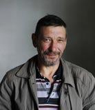 Γενειοφόρο άτομο με ύφος προσώπου χαμόγελου το κόκκινο μαυρισμένο grunge Στοκ Φωτογραφίες