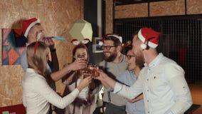 Γενειοφόρο άτομο που λέει τη φρυγανιά για τους φίλους στη γιορτή Χριστουγέννων, που και που πίνει, φιλμ μικρού μήκους