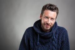 Γενειοφόρο άτομο που φορά το μπλε πουλόβερ στοκ φωτογραφία με δικαίωμα ελεύθερης χρήσης