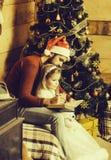 Γενειοφόρο γράψιμο πατέρων και κοριτσιών Χριστουγέννων στοκ φωτογραφίες με δικαίωμα ελεύθερης χρήσης