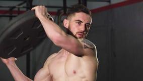 Γενειοφόρο διαστισμένο σχισμένο αθλητικό άτομο που επιλύει στη γυμναστική crossfit απόθεμα βίντεο