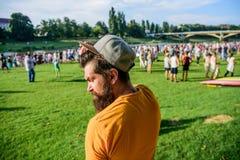 Γενειοφόρο hipster ατόμων θερινών φεστιβάλ μπροστά από το πλήθος Εισιτήριο βιβλίων τώρα Υπαίθρια συναυλία Ημέρα πόλεων Φεστιβάλ μ στοκ φωτογραφία με δικαίωμα ελεύθερης χρήσης