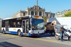 Γενεύη, Ελβετία - 18 Οκτωβρίου 2017: Σύγχρονο λεωφορείο στη θέση Neuv Στοκ φωτογραφία με δικαίωμα ελεύθερης χρήσης