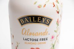 Γενεύη/Ελβετία 16 07 18: Το αμύγδαλο της Bailey πίνει το ελεύθερο ποτό λακτόζης Στοκ φωτογραφία με δικαίωμα ελεύθερης χρήσης