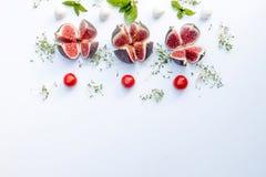 Γενικά έξοδα της σύνθεσης τροφίμων με τα σύκα, κεράσι ντοματών, mozzare Στοκ φωτογραφίες με δικαίωμα ελεύθερης χρήσης