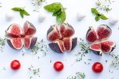 Γενικά έξοδα της σύνθεσης τροφίμων με τα σύκα, κεράσι ντοματών, mozzare Στοκ Εικόνες